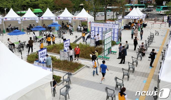 [사진] 광명시 '인근 31개 업체와 함께 온오프 일자리 박람회 개최'