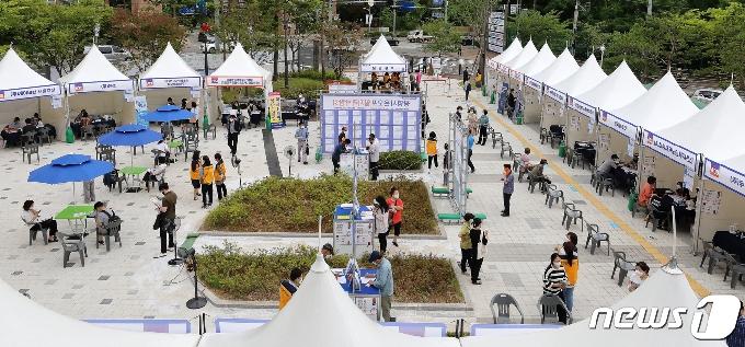 [사진] 광명 온오프 일자리 박람회 찾은 구직자들
