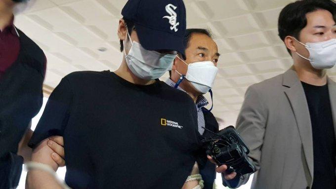 마포 오피스텔 감금 살인 사건의 피의자 중 한명이 15일 오전 서울 마포구 서울서부지방법원에서 열린 구속 전 피의자 심문에 출석하고 있다/사진=뉴시스