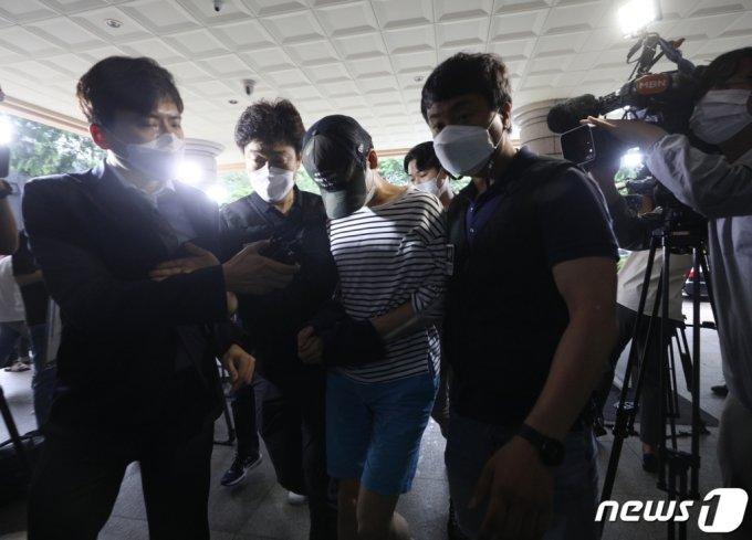 마포 오피스텔에서 친구를 숨지게 한 혐의를 받는 20대 남성 A씨가 15일 오전 서울 마포구 서울서부지방법원에서 열린 구속 전 피의자심문(영장실질심사)에 출석하고 있다/사진=뉴스1