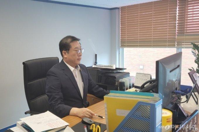 12년 경력의 베테랑 탐정 박민호씨(58)가 자신의 사무실에서 포즈를 취하고 있다. / 사진 = 오진영 기자