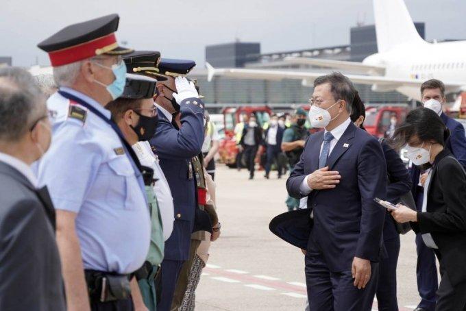 [바르셀로나(스페인)=뉴시스]박영태 기자 = 스페인 국빈 방문을 마친 문재인 대통령과 김정숙 여사가 17일(현지시간) 스페인 바르셀로나 엘프라트 공항에서 귀국을 위해 공군1호기에 탑승하기 전 환송객들과 인사를 나누고 있다. 2021.06.17. since1999@newsis.com