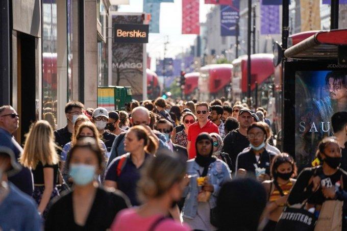 7일(현지시간) 영국 런던 시민들의 모습. 일부는 마스크를 착용하지 않고 있다./사진=AFP