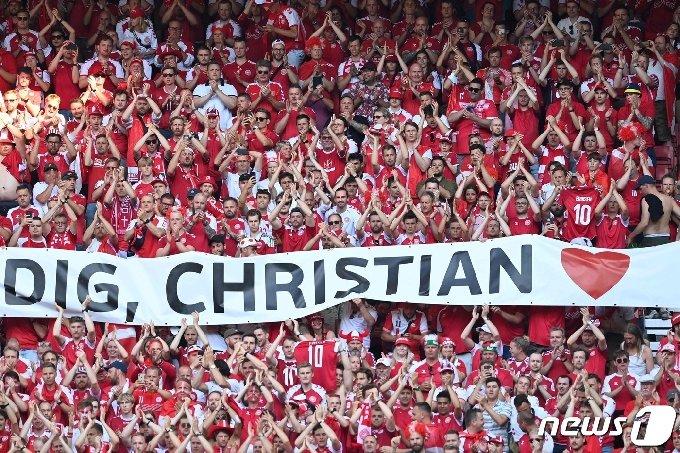쓰러진 에릭센을 응원하는 덴마크 팬들의 메시지 © AFP=뉴스1