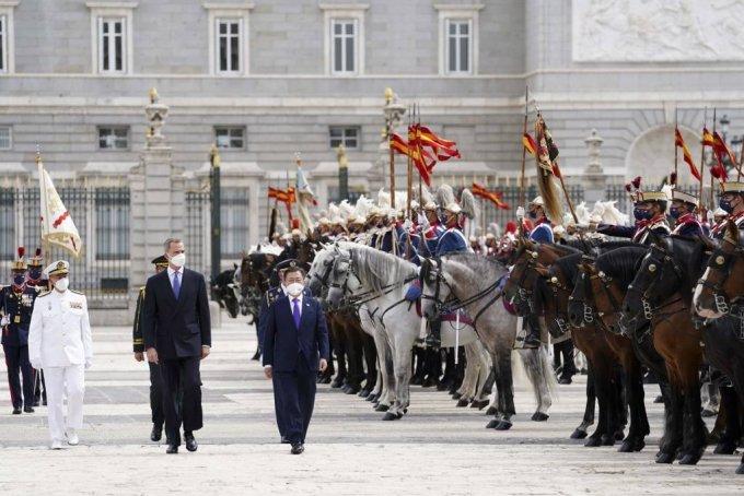 [마드리드(스페인)=뉴시스]박영태 기자 = 스페인을 국빈 방문 중인 문재인 대통령이 15일(현지시간) 스페인 마드리드왕궁에서 열린 공식 환영식에 참석해 펠리페 6세 스페인 국왕과 함께 의장대 사열을 받고 있다. 2021.06.16. since1999@newsis.com
