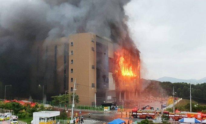 지난 17일 오후 경기도 이천시 마장면 쿠팡 덕평물류센터에서 화재가 발생해 소방대원들이 진화 작업을 벌이고 있다/사진=뉴시스