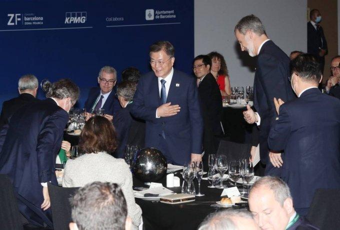 [바르셀로나(스페인)=뉴시스]박영태 기자 = 스페인을 국빈 방문 중인 문재인 대통령이 16일(현지시간) 스페인 바르셀로나 W호텔에서 열린 경제인협회 연례포럼 및 개막만찬에 펠리페 6세 국왕과 함께 참석하고 있다. 2021.06.17. since1999@newsis.com