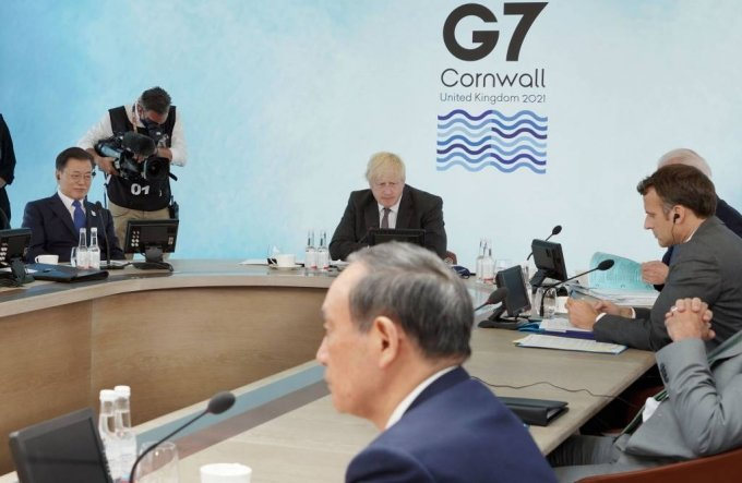 [콘월(영국)=뉴시스]박영태 기자 = 문재인 대통령이 13일(현지시간) 영국 콘월 카비스베이에서 열린 '기후변화 및 환경' 방안을 다룰 G7 확대회의 3세션에 참석해 있다. 왼쪽부터 시계방향으로 남아공 시릴 라마포사 대통령, 문 대통령, 영국 보리스 존슨 총리, 미국 조 바이든 미국 대통령, 프랑스 에마뉘엘 마크롱 대통령, 일본 스가 요시히데 총리. 2021.06.13. since1999@newsis.com