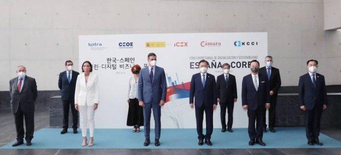 [마드리드(스페인)=뉴시스]박영태 기자 = 스페인을 국빈 방문 중인 문재인 대통령이 16일(현지시간) 스페인 마드리드 상공회의소에서 열린 한-스페인 그린 디지털 비즈니스 서밋에 참석, 페드로 산체스 총리(앞줄 왼쪽 세번째), 문승욱 산업통상자원부 장관(오른쪽), 박용만 경협위원장(앞줄 오른쪽 두 번째) 등 참석자들과 기념촬영을 하고 있다. 2021.06.16. since1999@newsis.com