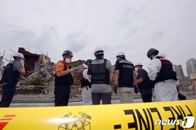 지난 10일 오후 광주 동구 학동 재개발지역 건물 붕괴 현장에서 국과수 관계자들이 합동감식을 진행하고 있다. 2021.6.10/뉴스1 © News1 정다움 기자