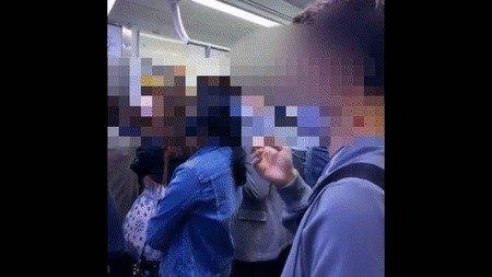 한 남성이 지하철 전동차 내부에서 흡연을 하고 있다. (유튜브 갈무리) © 뉴스1