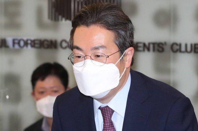 [서울=뉴시스]이영환 기자 = 강한승 쿠팡 대표이사가 22일 오후 서울 중구 프레스센터에서 열린 오픈마켓 사업자와의 자율 제품안전 협약식에 참석해  인사를 하고 있다. (공동취재사진) 2021.04.22. photo@newsis.com