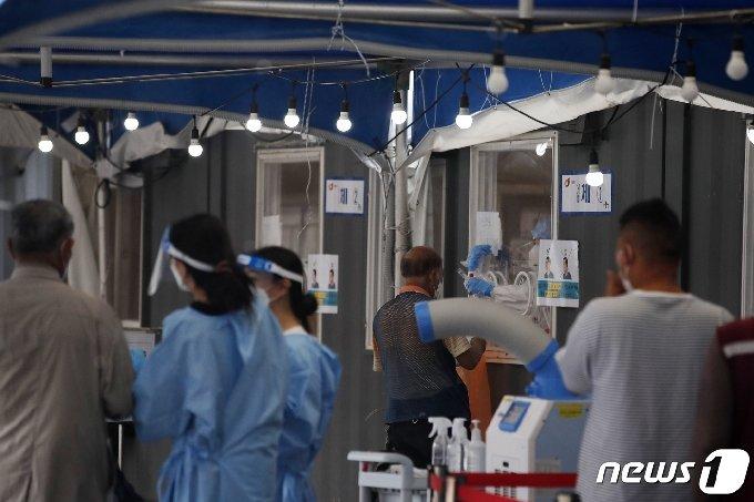 18일 오전 서울 중구 서울역광장에 마련된 신종 코로나바이러스 감염증(코로나19) 임시 선별검사소에서 검사가 진행되고 있다. 2021.6.18/뉴스1 © News1 이승배 기자