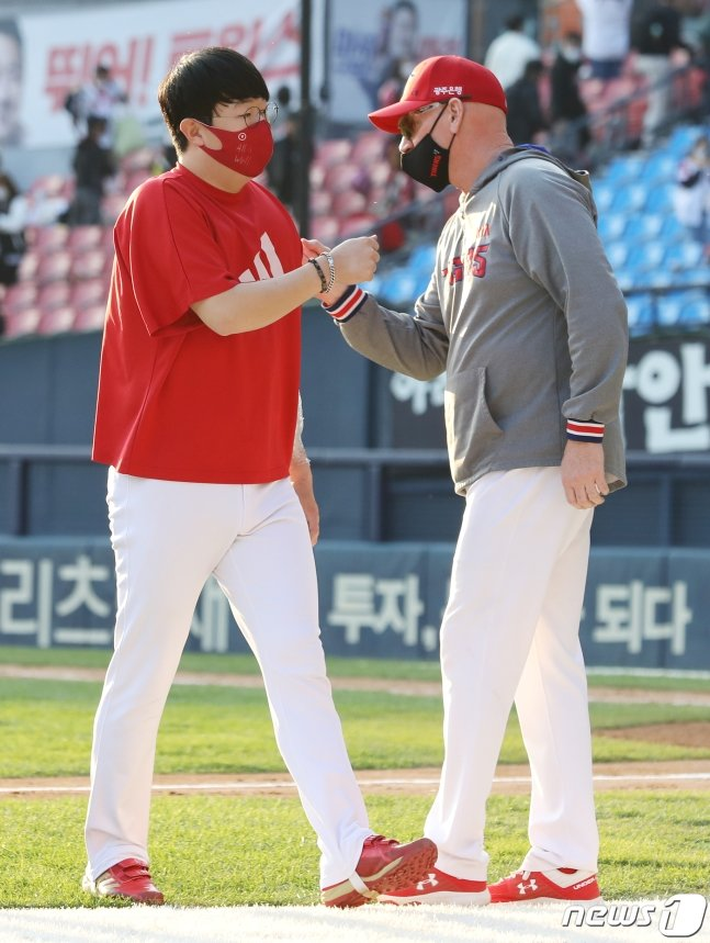 양현종(왼쪽)과 맷 윌리엄스 KIA 감독. /사진=뉴스1