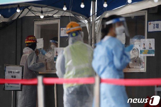 18일 오전 서울 중구 서울역광장에 마련된 신종 코로나바이러스 감염증(코로나19) 임시 선별검사소에서 검사가 진행되고 있다. © News1 이승배 기자