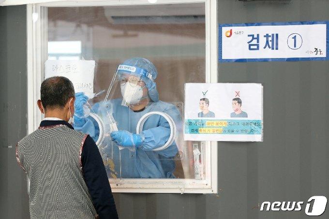 17일 오전 서울 중구 서울역광장에 마련된 신종 코로나바이러스 감염증(코로나19) 임시선별진료소에서 시민이 검사를 받고 있다. 2021.6.17/뉴스1 © News1 황기선 기자