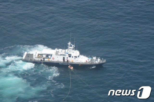 군산해경 헬기가 실종자 수색을 벌이고 있다.© 뉴스1