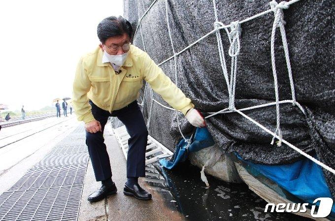강인규 나주시장이 15일 한국지역난방공사의 비성형SRF 보관 장소인 장성군 물류센터터미널을 긴급 방문해 관리 실태를 점검하고 있다. © News1