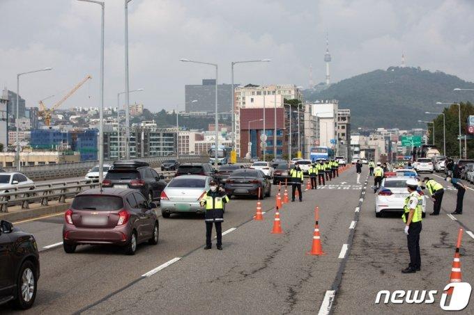 지난해 10월 3일 오전 서울 용산구 한남대교 북단 인근에 마련된 합동검문소에서 경찰관들이 현장 통제를 하고 있다.  /사진=뉴스1
