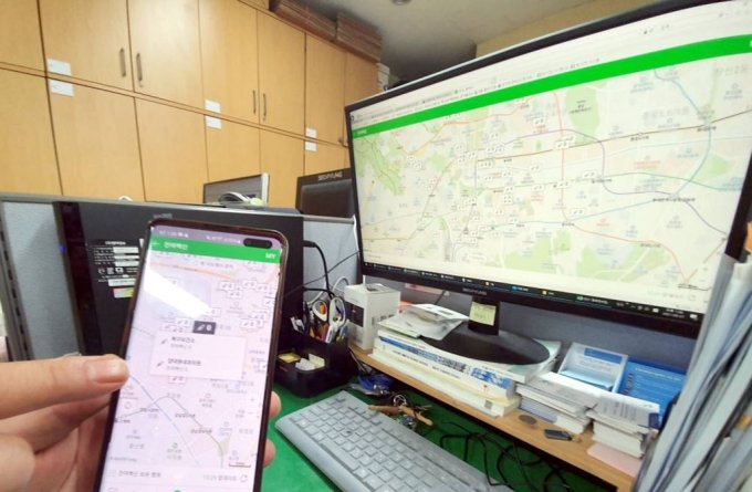광주 북구 북구청 직원이 휴대전화로 백신 잔여분 현황을 살펴보고 있다. /사진=뉴시스(광주 북구청 제공)