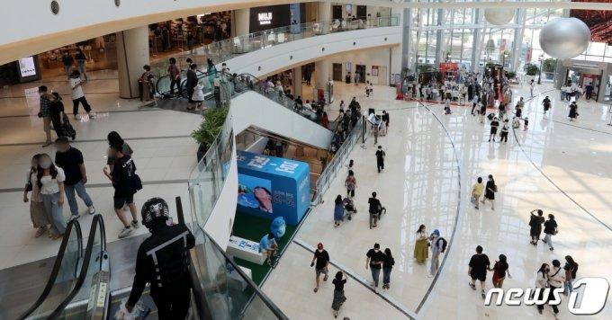 무더위가 이어지고 있는 20일 오후 서울 시내 한 대형 쇼핑몰에 이용 고객들로 붐비고 있다.  /사진=뉴스1