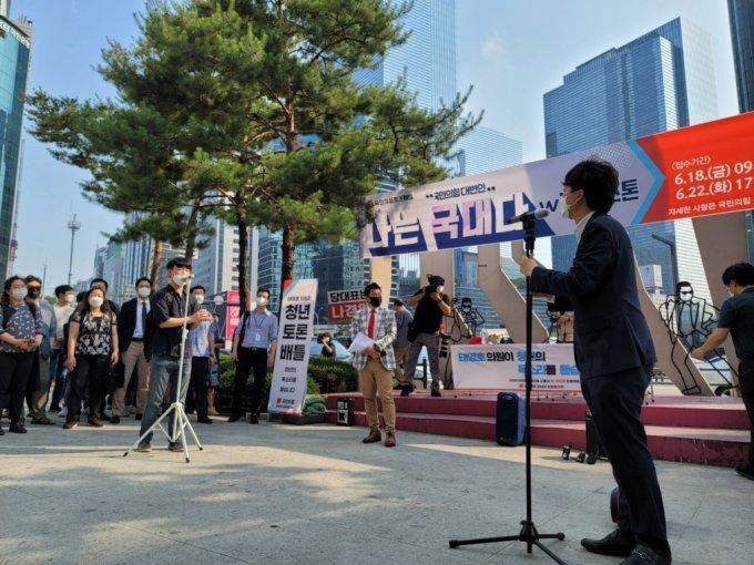 이준석 국민의힘 당 대표가 20일 서울 강남역 부근에서 시민의 질문에 답하고 있다./사진=이창섭 기자