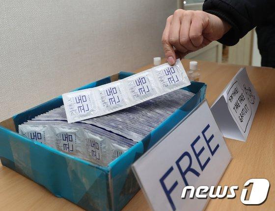 33년 전 서울올림픽 때부터 선수들에게 제공됐던 콘돔이 한 달 뒤 열릴 도쿄올림픽에서는 지급되지 않는다. 사진은 지난 2018년 2월 개최된 평창 동계올림픽 당시 강릉 올림픽선수촌 내 레지던트센터에 비치된 콘돔 모습. /사진=뉴스1
