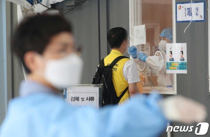 20일 오전 서울 중구 봉래동 서울역 광장에 마련된 코로나19 임시선별검사소를 찾은 시민들이 검체 검사를 받고 있다.  /사진=뉴스1