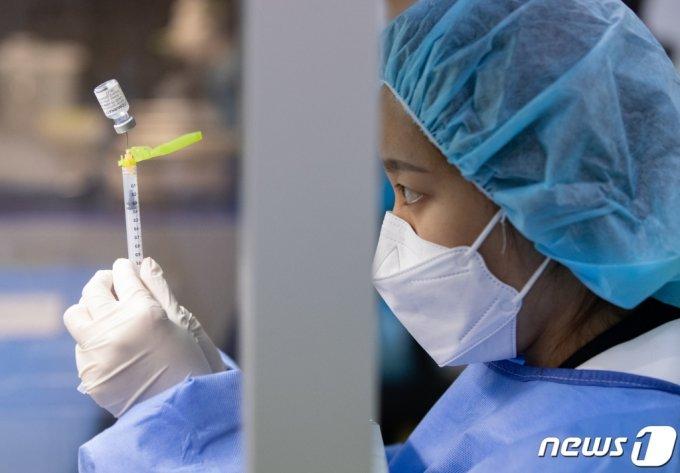 (서울=뉴스1) 이재명 기자 = 신종 코로나바이러스 감염증(코로나19) 백신 접종을 완료한 이후 코로나19 확진되는 '돌파감염' 사례가 국내에 총 4명 발생한 것으로 나타났다.  돌파감염은 코로나19 백신의 권장 접종 횟수 이후 항체 형성기간(14일)이 지난 후 코로나19 바이러스에 확진된 경우를 의미한다.  사진은 26일 오전 서울 중랑문화체육관에 마련된 코로나19 예방접종센터에서 의료진이 백신을 소분하고 있다. 2021.5.26/뉴스1