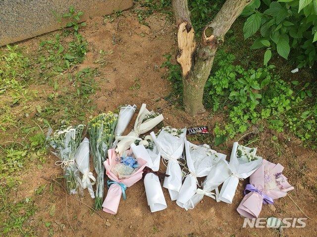지난 12일 극단적인 선택을 한 청주 여중생 2명이 처음 발견된 곳에 국화 꽃다발 등이 놓여있다./사진=뉴시스