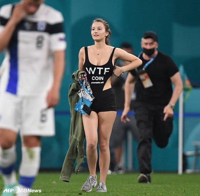 22일 벨기에와 핀란드의 경기 도중 그라운드에 난입한 여성. /AFPBBNews=뉴스1
