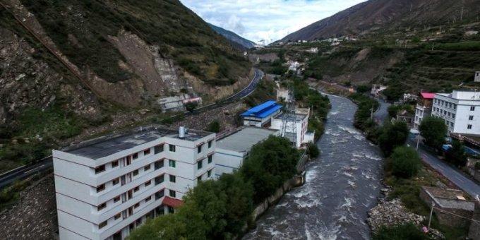 하천 바로 옆에 위치한 쓰촨성의 비트코인 채굴장/사진=중국 인터넷