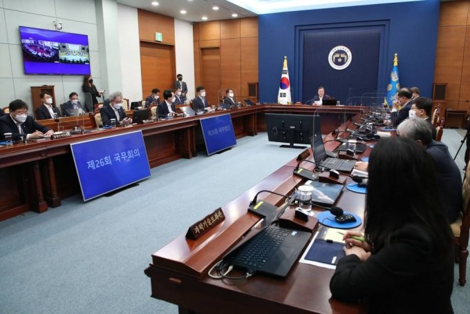 [서울=뉴시스]김진아 기자 = 문재인 대통령이 21일 오전 청와대에서 열린 국무회의에 참석해 발언하고 있다. 2021.06.22. bluesoda@newsis.com