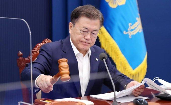 [서울=뉴시스]김진아 기자 = 문재인 대통령이 21일 오전 청와대에서 국무회의를 주재하고 있다. 2021.06.22. bluesoda@newsis.com