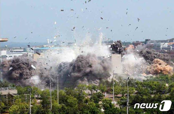 [평양 노동신문=뉴스1) = 북한 노동당 기관지 노동신문은 2020년 6월17일 2면에 개성의 남북 공동연락사무소 폭파 현장을 공개했다.