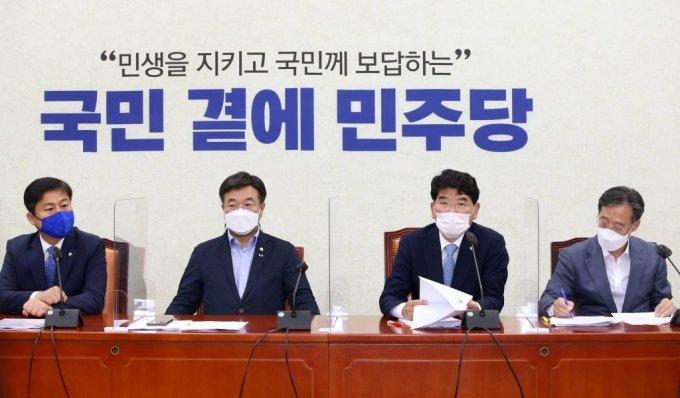 박완주 더불어민주당 정책위의장이 15일 서울 여의도 국회에서 열린 원내대책회의에서 발언을 하고 있다. / 사진제공=뉴시스