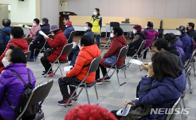 지난해 12월 7일 오전 인천시 부평구 노인인력개발센터에서 열린 '노인일자리 및 사회활동 지원사업'에 참여 모집에 일자리를 구하는 많은 노인들이 몰려 대기하고 있다. /사진=뉴시스