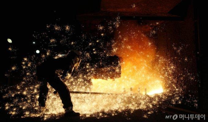 충남 당진시 현대제철 당진제철소 내 고로 주상에서 한 직원이 1500도에 달하는 뜨거운 열기를 이겨내며 쇳물 출선작업(철광석과 석탄을 녹여 쇳물을 만드는 작업)을 하고 있다. 이렇게 만들어진 쇳물은 제강, 압연 등의 공정을 거쳐 자동차용 강판, 조선 및 건설용 후판으로 생산돼 대한민국 산업의 기초가 된다.