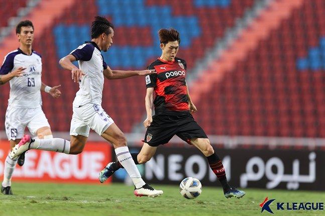 22일 랏차부리FC와의 AFC 챔피언스리그에서 패스를 시도하고 있는 포항스틸러스 이승모(오른쪽). /사진=한국프로축구연맹