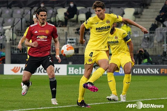 지난 5월 맨체스터 유나이티드와의 UEFA 유로파리그 결승전에 출전해 공을 걷어내고 있는 파우 토레스(오른쪽). /AFPBBNews=뉴스1