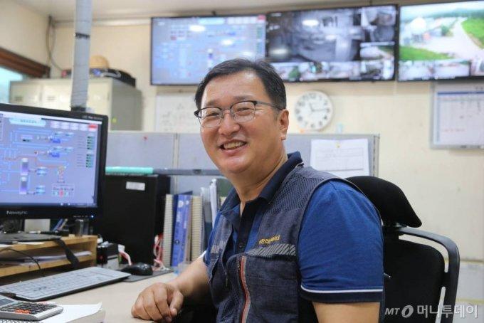 한라산바이오(Bio) 송명화 대표가 지난 18일 제주 본사 사무실에서 가축분뇨를 활용한 에너지 생산 시스템을 설명하며 환하게 웃고 있다. /사진=정혁수