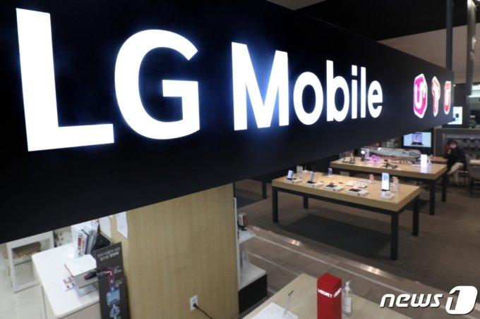 지난 4월5일 서울시내 한 전자제품 매장에 LG 휴대폰이 진열돼 있다. LG전자는 이날 서울 여의도 본사에서 이사회를 열고 오는 7월31일부로 MC사업부문(휴대폰 사업) 생산 및 판매를 종료하는 내용을 확정했다고 밝혔다. /뉴스1