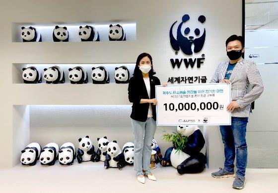 기부금을 전달하는 ㈜캐플릭스의 윤형준 대표(우)와 기부금을 전달받는 WWF의 박민혜 팀장(좌)
