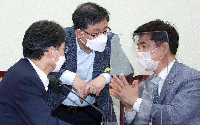 더불어민주당 유동수(왼쪽부터) ,김성환, 김병욱 의원이 이달 10일 서울 여의도 국회에서 열린 정책조정회의에 앞서 대화하고 있다. / 사진제공=뉴시스