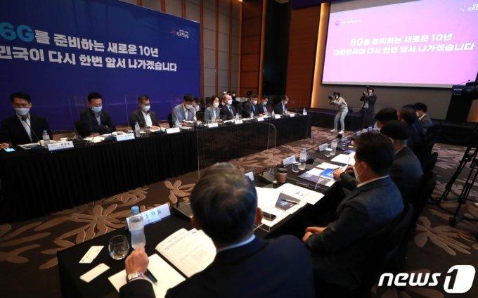 (서울=뉴스1) 구윤성 기자 = 임혜숙 과학기술정보통신부 장관이 23일 오전 서울 영등포구 콘래드호텔에서 열린 6G 전략회의에서 모두발언을 하고 있다. 정부는 이번 회의에서 6G 핵심 기술 및 표준 선점을 위해 오는 2025년까지 저궤도 통신위성, 초정밀네트워크기술 등 6대 중점 분야 10대 전략 기술에 총 2천200억원을 투자한다고 밝혔다. 2021.6.23/뉴스1