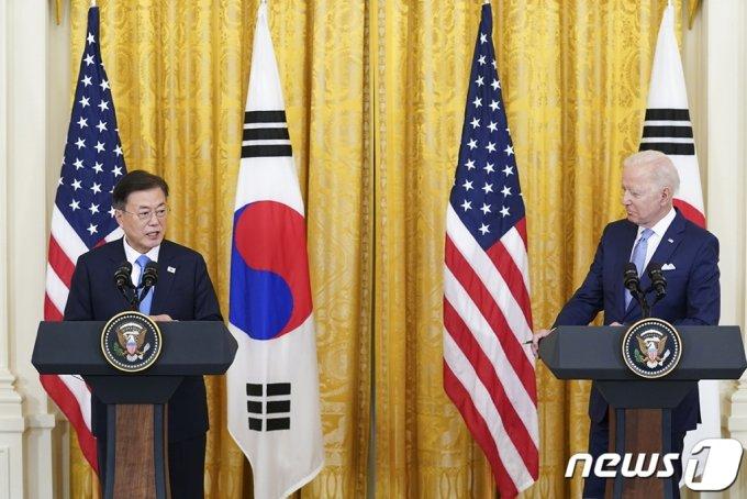 (서울=뉴스1) = 문재인 대통령과 조 바이든 미국 대통령이 21일 오후(현지시간) 한미정상회담 뒤 백악관 이스트룸에서 공동 기자회견을 하고 있다.(청와대 제공) 2021.5.22/뉴스1