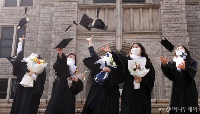 지난 2월 22일 서울 중구 동국대학교에서 졸업생들이 학사모를 던지며 기념촬영을 하고 있다. /사진=김휘선 기자 hwijpg@