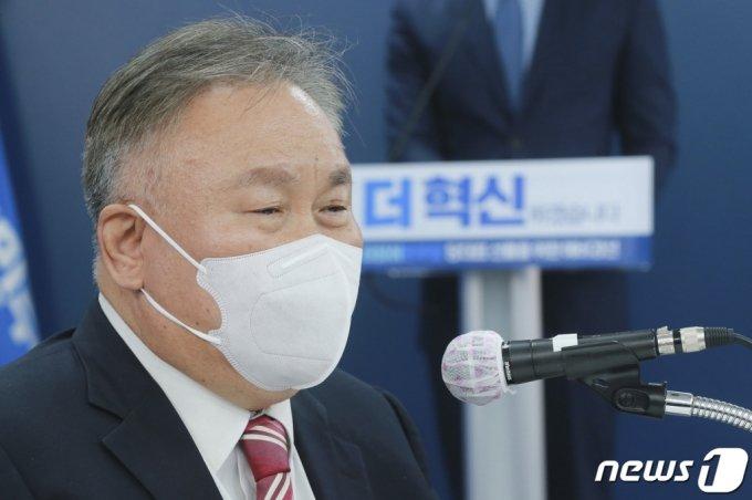 (서울=뉴스1) 신웅수 기자 = 이상민 더불어민주당 선관위원장이 18일 오전 서울 여의도 중앙당사에서 열린 당대표 후보자 선출을 위한 예비경선대회에서 개회선언을 하고 있다. 2021.4.18/뉴스1