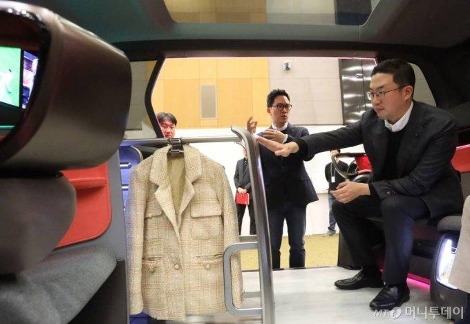 구광모 LG그룹 회장이 지난해 2월17일 서울 서초구 LG전자 디자인경영센터를 방문해 미래형 커넥티드카 내부에 설치된 의류관리기의 고객편의성 디자인을 살펴보고 있다. /사진제공=LG