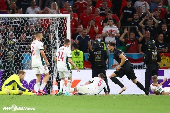 24일 헝가리전에서 후반 39분 2-2 동점을 만드는 골을 터뜨린 독일 레온 고레츠카(오른쪽 두 번째)가 기뻐하는 모습. /AFPBBNews=뉴스1